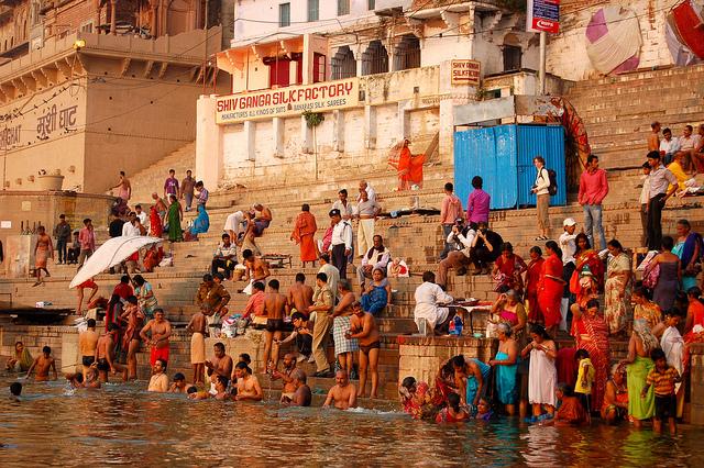 Gange un pellegrinaggio lungo il fiume - Bagno nel gange malattie ...