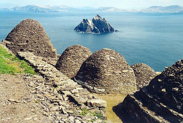 Skellig Michael, i resti del monastero e Small Skellig– Foto di Arian Zwegers