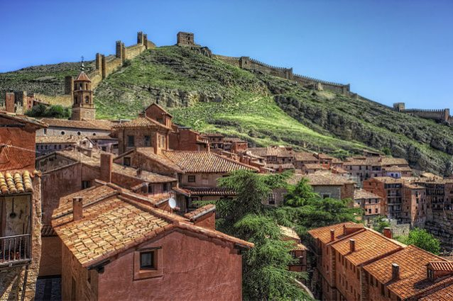 Albarracín e le sue mura difensive – Foto Wikimedia Commons
