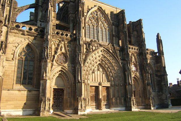 Portale della chiesa abbaziale di St Antoine l'Abbaye – Foto Wikimedia Commons