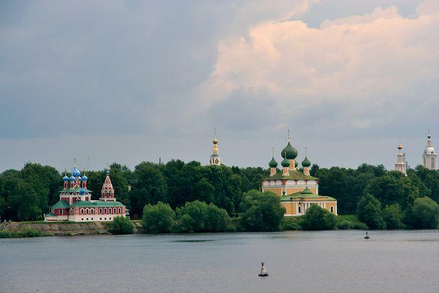 Uglich, veduta della chiesa e della Cattedrale dal fiume Volga – Foto Wikimedia Commons