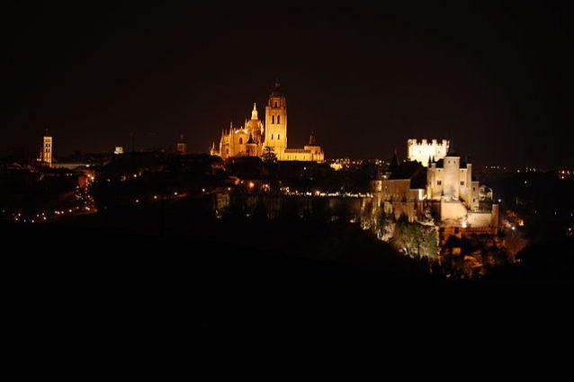 Veduta notturna di Segovia – Foto Wikimedia Commons