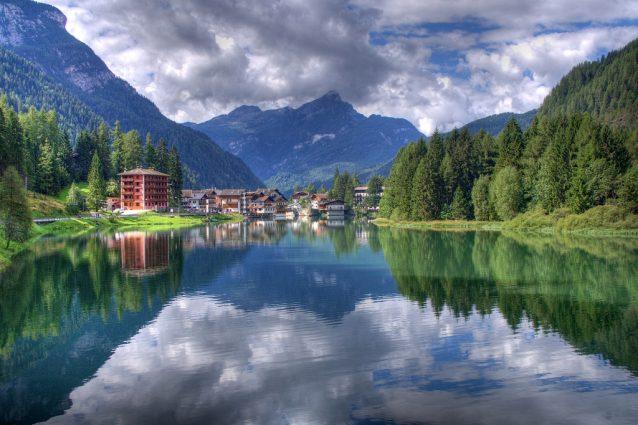 Lago di Alleghe. Foto di Roberto Ferrari