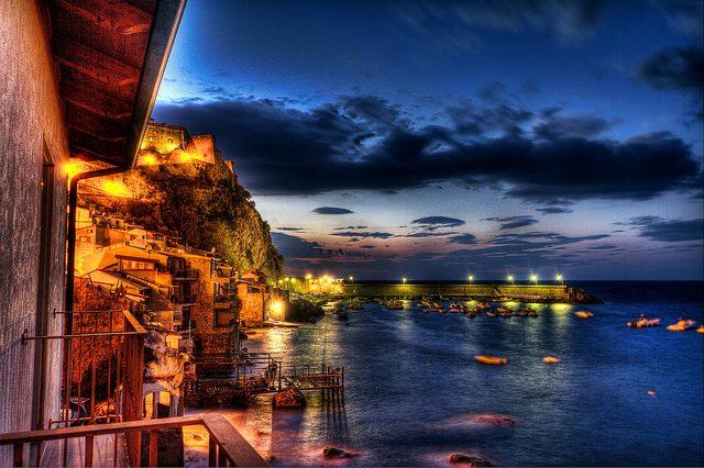 Scilla di notte. Foto di Agostino Zamboli