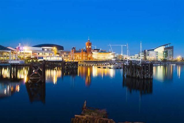 Panorama di Cardiff dalla Baia (Wikipedia).