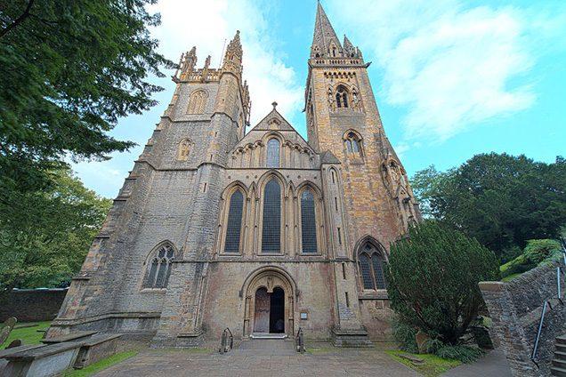 Facciata della Cattedrale di Llandaff (Wikipedia).