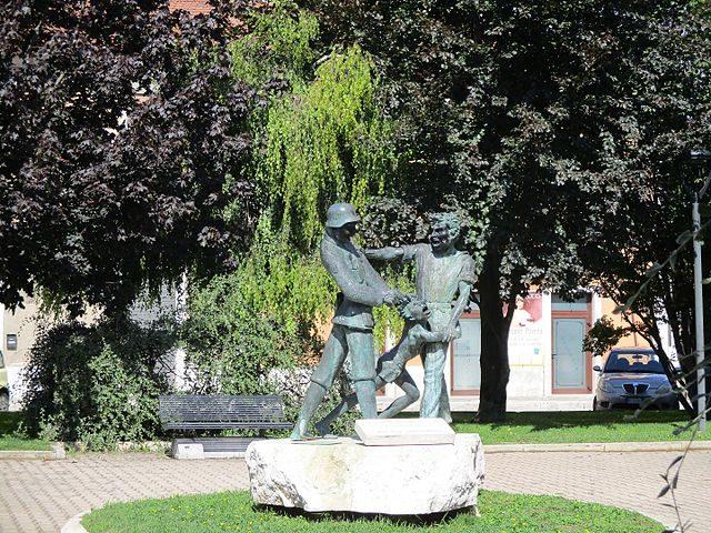 """Piazza e monumento """"Martiri di Capistrello"""", Avezzano (AQ) – Foto Wikipedia"""