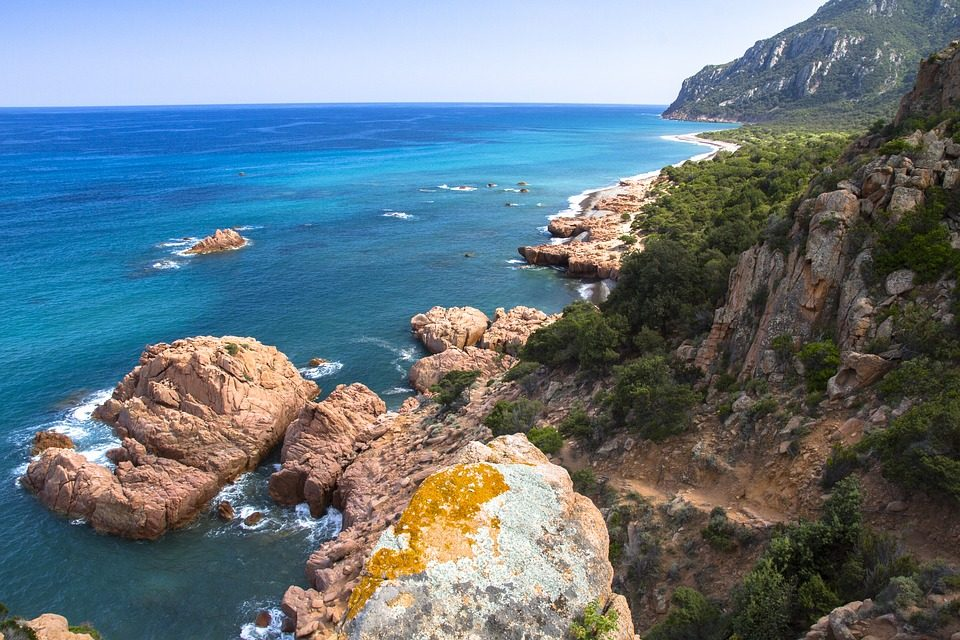 Costa rocciosa. Foto di Adese