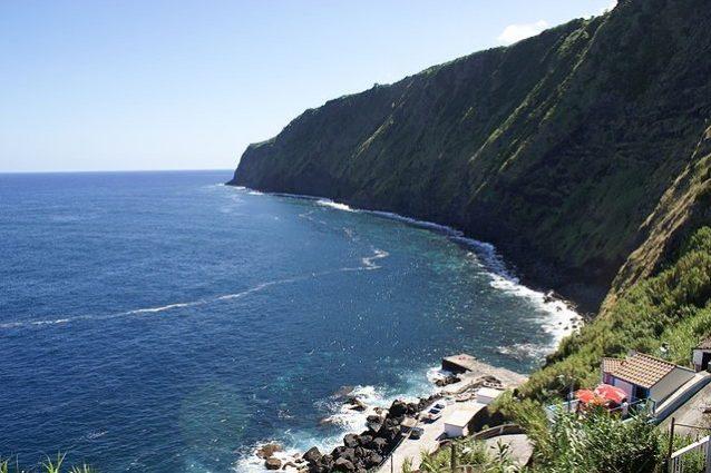 Miradouro da Ponta do Arnel – Foto Wikimedia Commons