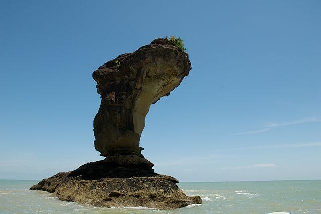 Bako Sea Stack – Foto Wikimedia Commons