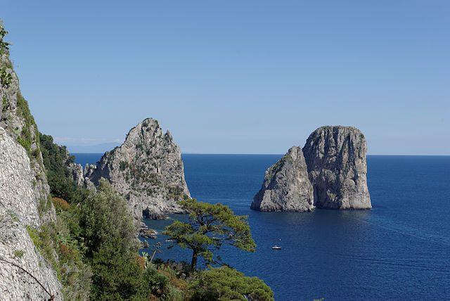 Faraglioni di Capri, Italia – Foto Wikipedia