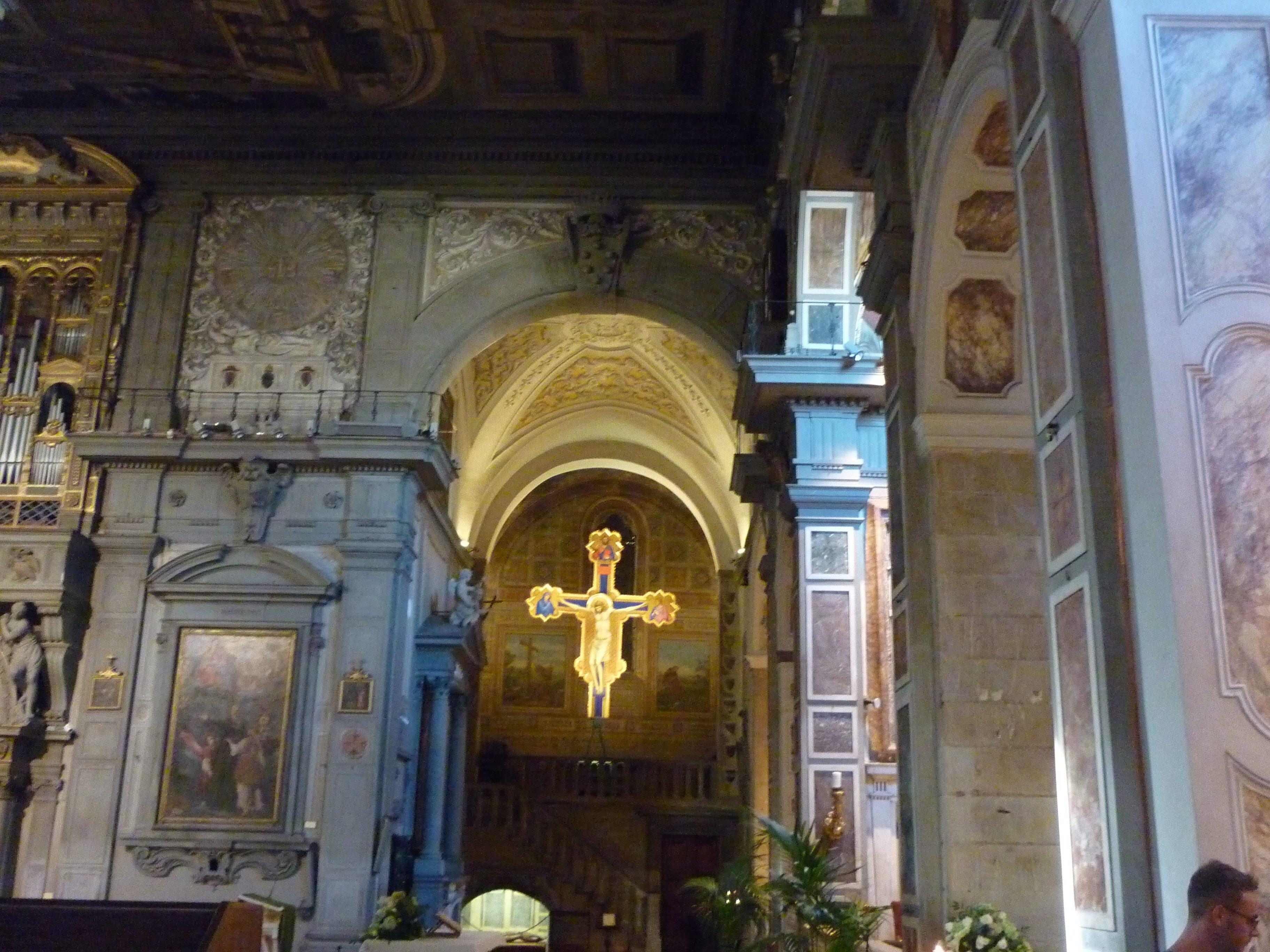 Transetto sinistro con il Crocifisso di Giotto