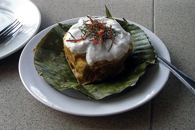 Amok, piatto tipico con il tradizionale curry cambogiano – Foto Wikimedia Commons