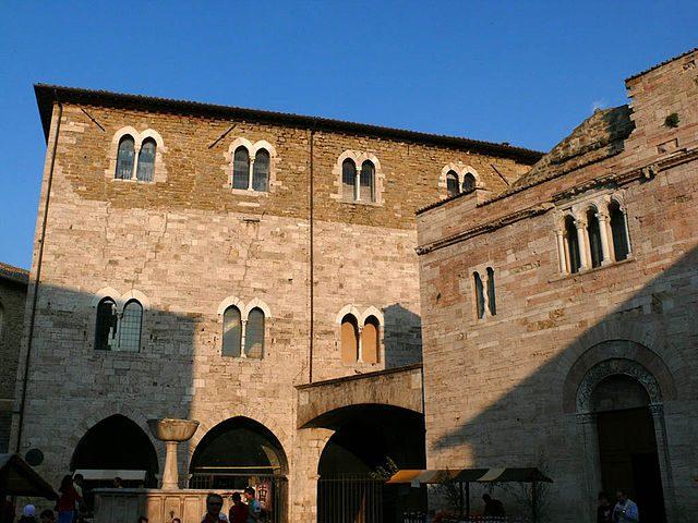 Palazzo dei Consoli e chiesa di San Domenico – Foto Wikipedia