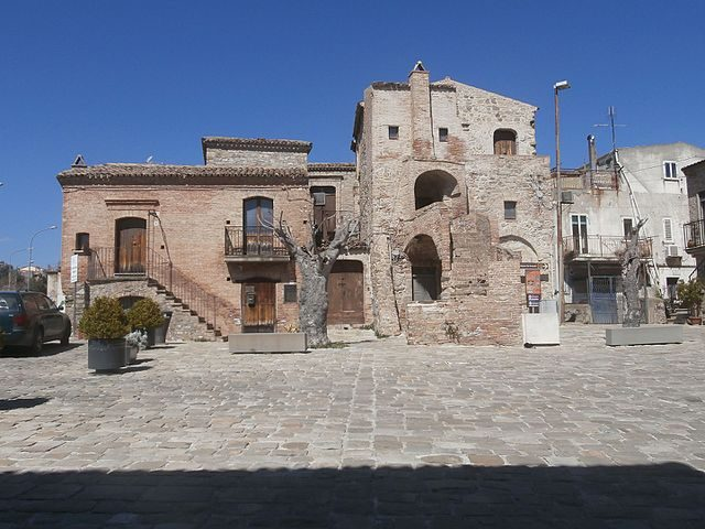 La piazza di Aliano – Foto Wikimedia Commons