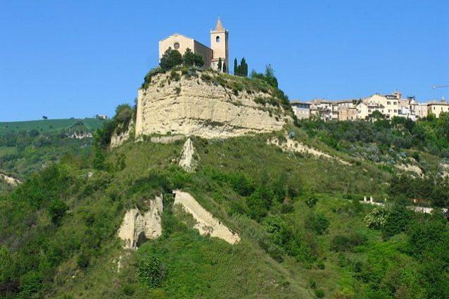 Veduta di Offida con la Chiesa di Santa Maria della Rocca – Foto Wikipedia
