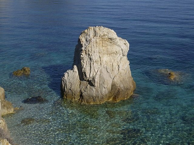 Mare cristallino all'isola d'Elba – Foto Pixabay
