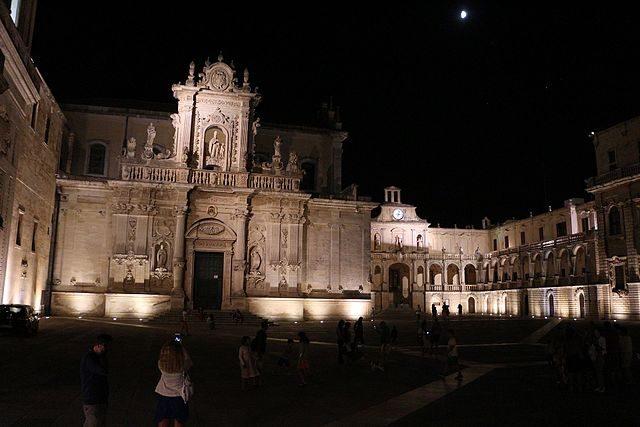 Duomo di Lecce di notte – Foto Wikimedia Commons