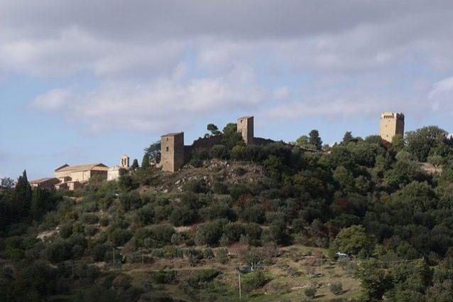 Monticchiello, veduta delle torri e delle mura di cinta – Foto Wikipedia