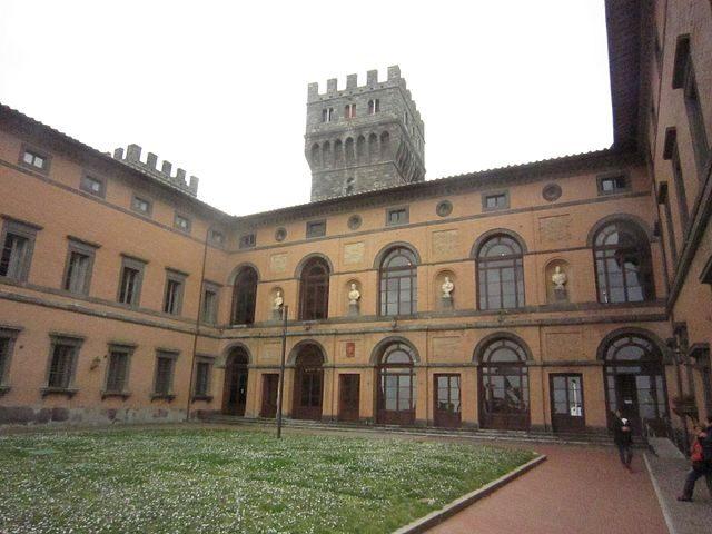 Torre Alfina, cortile del Castello – Foto Wikimedia Commons