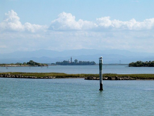 Laguna di Grado con l'isola di Barbana sullo sfondo – Foto Wikipedia