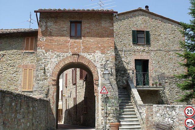 Paciano, Porta Perugina – Foto Wikipedia
