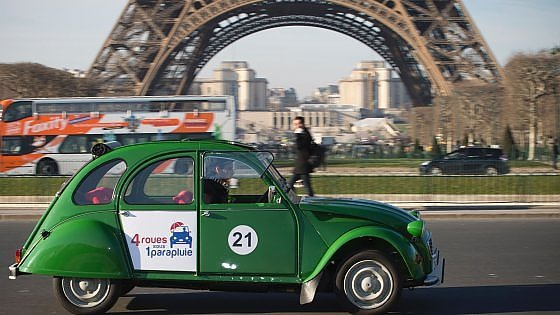 turismo ecologico  a parigi si gira con la citroen 2cv