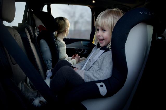 Bimbi in auto, multe fino a 323 euro e sospensione patente per chi non è in regola