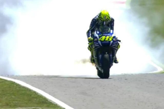 MotoGp, al Mugello il motore Yahama rovina la festa di Rossi. E vince Lorenzo