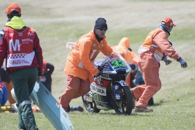 La moto di Enea Bastianini portata fuori dopo dai commissari di circuito dopo la bandiera rossa / GettyImages