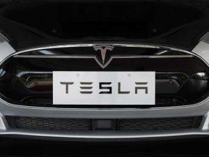 Tesla, la Germania chiede di fermare la pubblicità dell'Autopilot