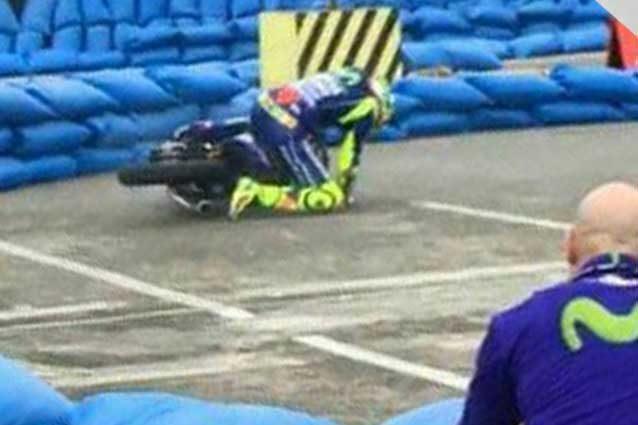 Valentino Rossi cade durante l'evento Yamaha in sella allo Sniper 150 / Instagram