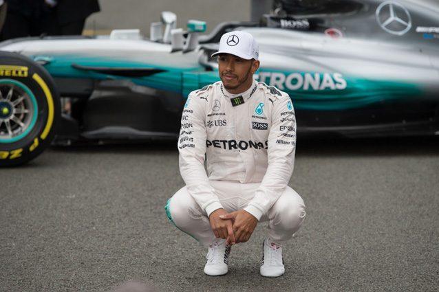 Lewis Hamilton insieme alla Mercedes W08 Hybrid – Getty Images