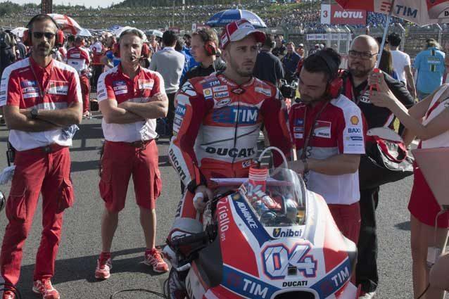 Andrea Dovizioso e i meccanici Ducati in griglia di partenza / GettyImages