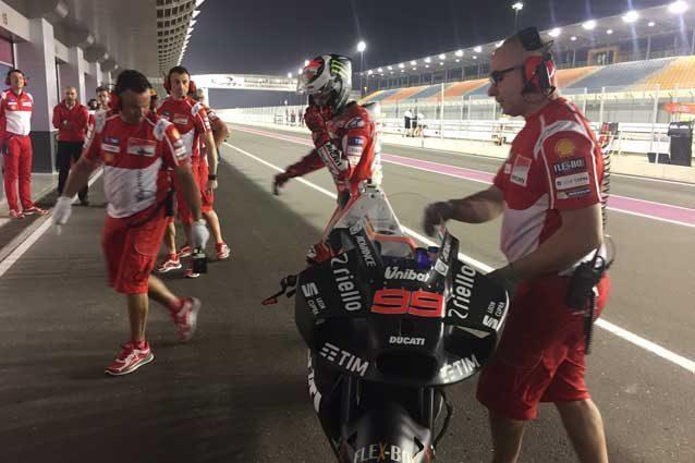 Jorge Lorenzo al rientro al box dopo la prima uscita con la nuova carena Ducati / Twitter @izaskunruiz
