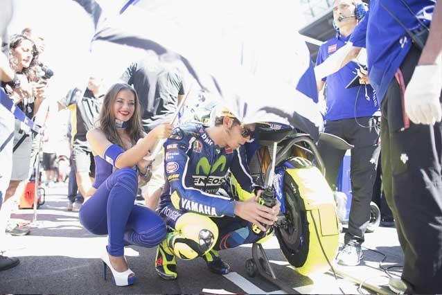 Valentino Rossi e i meccanici Yamaha in griglia di partenza / GettyImages