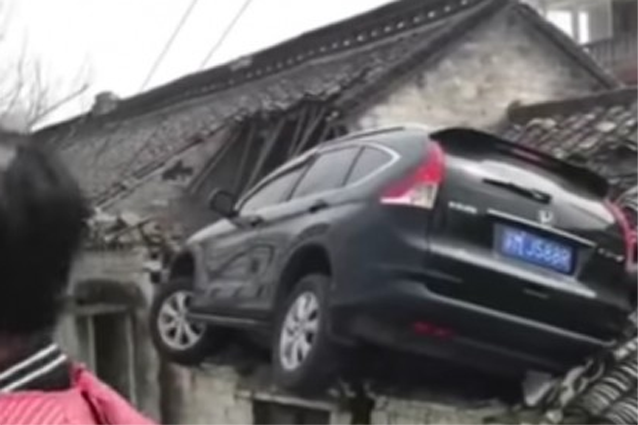 Non frena ma accelera, l'auto finisce sul tetto di un casa