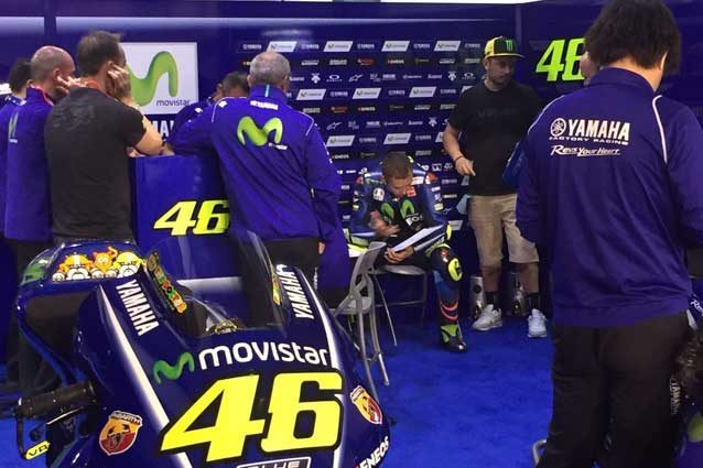 Valentino Rossi al box durante il primo giorno di test in Qatar / Movistar Tv