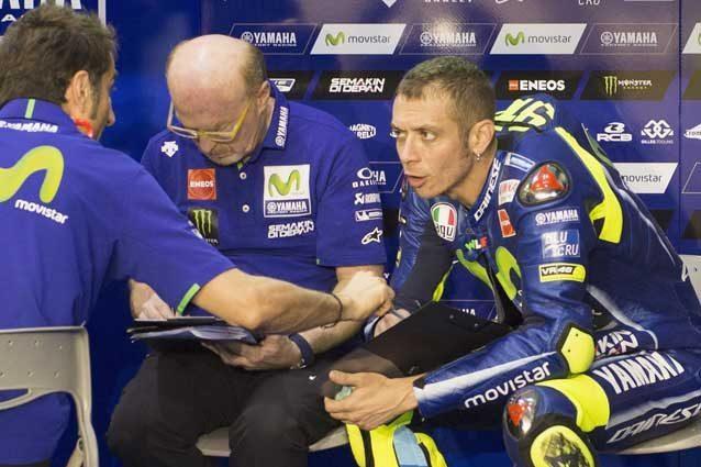 Valentino Rossi al box durante il secondo giorno di test / GettyImages