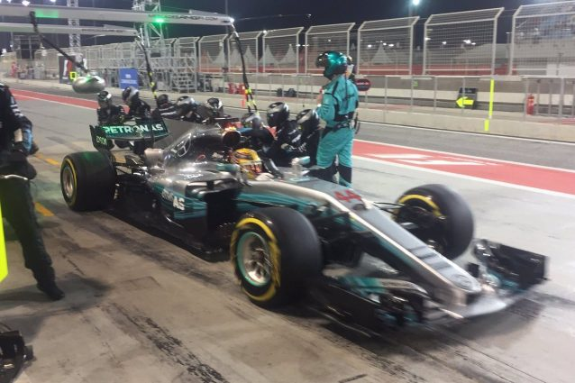 Hamilton ai box, Vettel leader