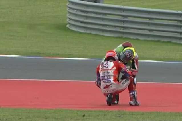 Aleix Espargaro si scusa con Andrea Dovizioso dopo la caduta in curva 5 / MotoGp.com