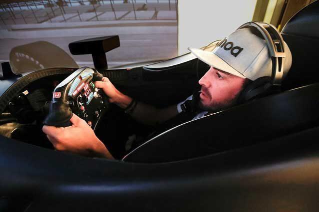 Fernando Alonso al simulatore IndiCar Honda / @McLarenIndy