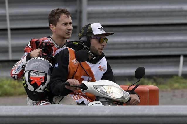 Jorge Lorenzo rientra al box dopo la caduta alla prima curva del Gp d'Argentina / GettyImages