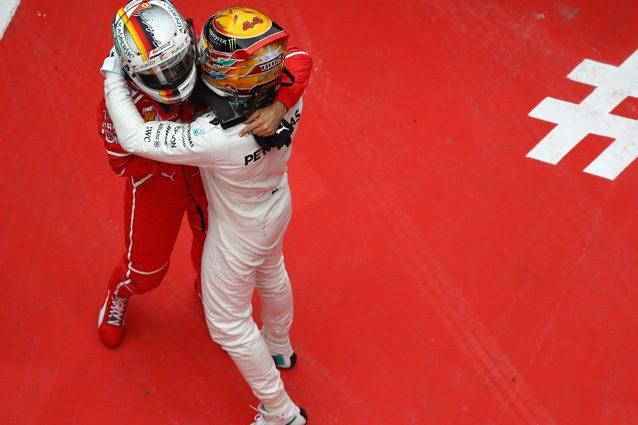 Lewis Hamilton e Sebastian Vettel si abbracciano alla fine del GP di Cina – Getty Images
