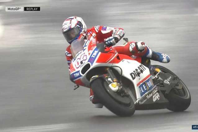 Andrea Dovizioso rischia la caduta nell'ultimo assalto al tempo / MotoGP.com