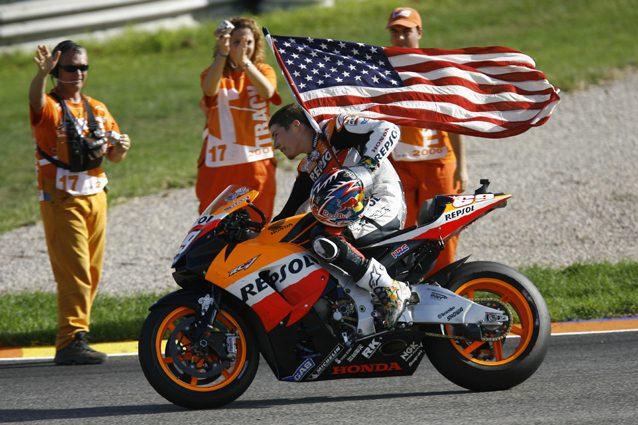 Nicky Hayden con la bandiera Usa dopo il successo nel mondiale 2006 – Getty Images