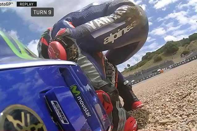 Maverick Vinales prova a rialzare la sua Yamaha dopo la caduta / MotoGP.com