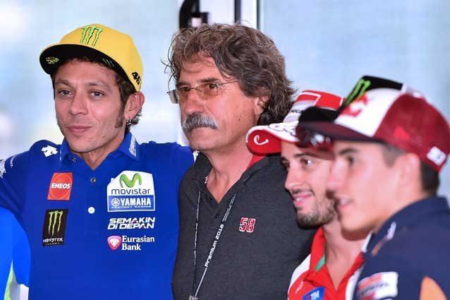 Paolo Simoncelli (al centro) insieme a Valentino Rossi, Andrea Dovizioso e Marc Marquez / GettyImages