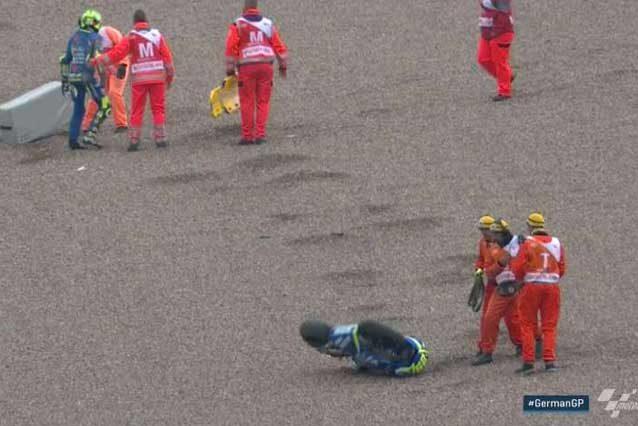 Andrea Iannone con i commissari dopo la caduta / MotoGp.com