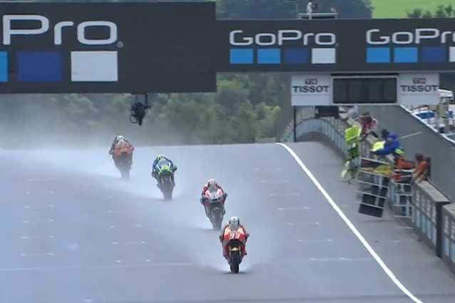 MotoGP Sachsenring, sul bagnato vola Barbera. Scafo Marquez, Rossi e Vinales lontani